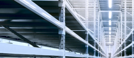 néons LED au plafond éclairant un espace industriel